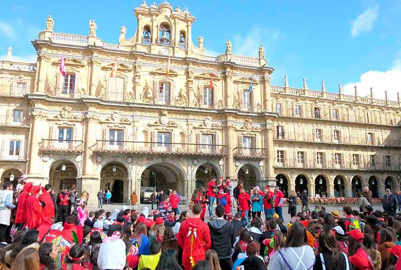 Los alumnos de Derecho que participaron en la procesión, durante la lectura del manifiesto en la Plaza Mayor.