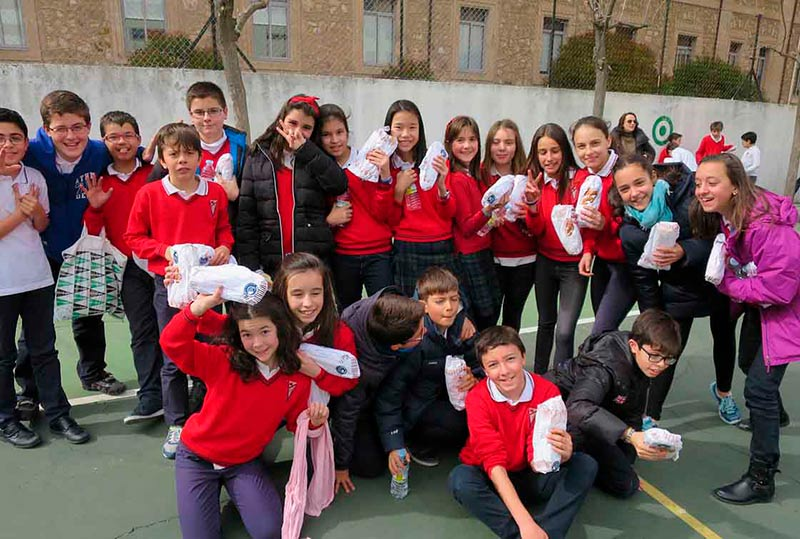 Varios alumnos del Milagro de San José, en la 'Operación bocata'.
