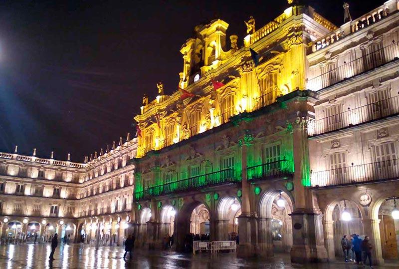 La Plaza Mayor, iluminada de amarillo y verde por las enfermedades raras.