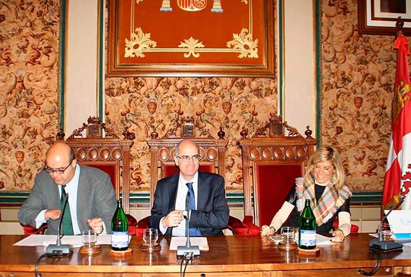El presidente de la Diputación y sus viecepresidentes, en un pleno.