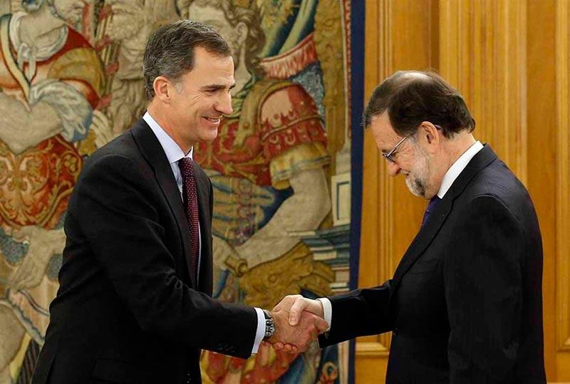 Mariano Rajoy saluda al Rey en la segunda ronda de contactos.
