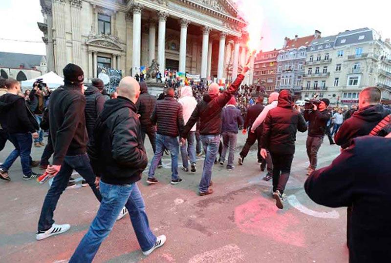 Ultraderechistas irrumpen en la plaza de la Bolsa de Bruselas, este domingo.