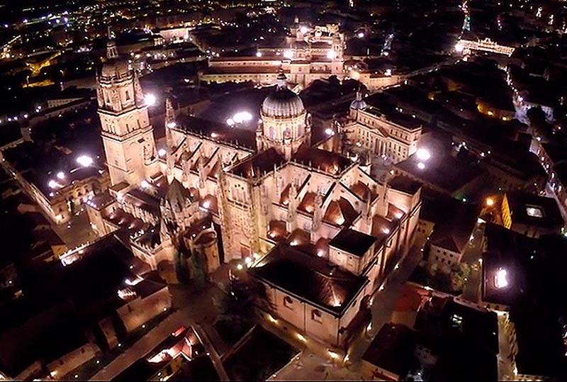 catedral dron vuelo nocturno