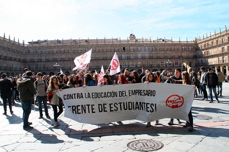 Cientos de estudiantes secundaron la manifestación de marzo en defensa de una Educación pública.