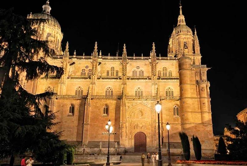 Vista nocturna de la plaza de Anaya con la catedral iluminada.