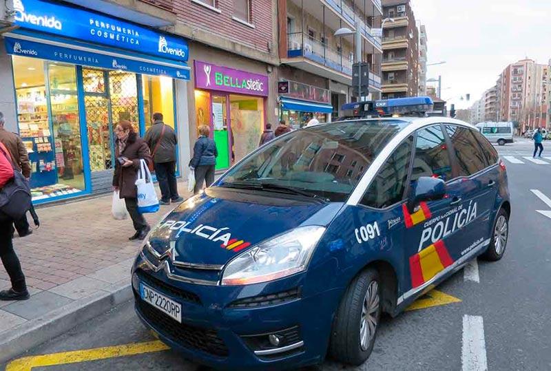 Un coche patrulla de la Policía Nacional de servicio por la ciudad.