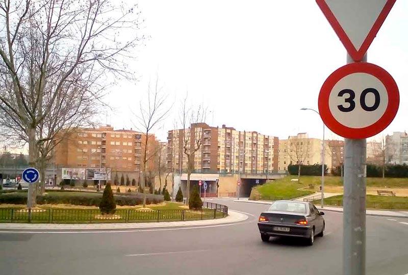 trafico señal velocidad a 30 en rotonda comuneros