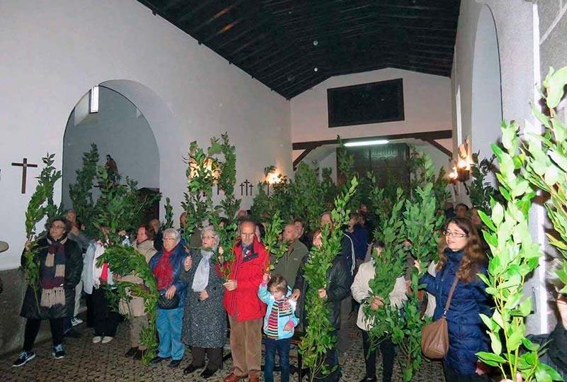 Los vecinos con los ramos, en la iglesia.