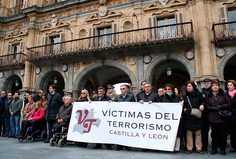 Una pancarta recordó a todas las víctimas del terrorismo.