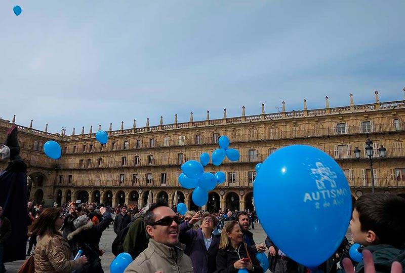 La suelta de globos en la Plaza Mayor.