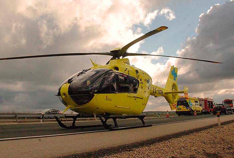 La herida grave fue trasladada hasta el hospital Virgen de la Vega en el helicóptero medicalizado del Sacyl.