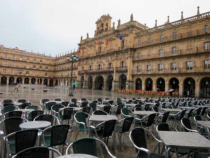 plaza mayor lluvia terraza vacia