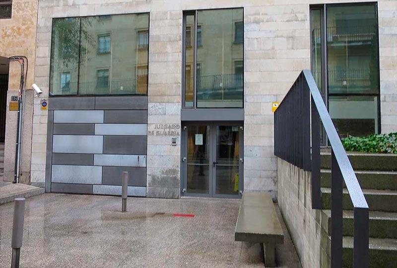 La entrada al juzgado de Guardia.