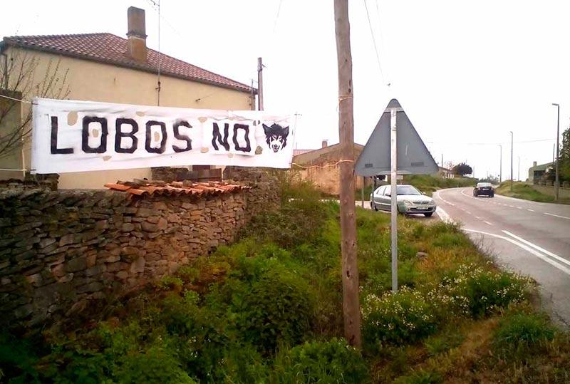 Un cartel contra los lobos en Cerralbo, junto a Lumbrales.