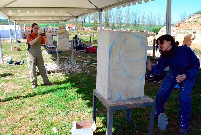 Dos de las participantes en el concurso de escultura.