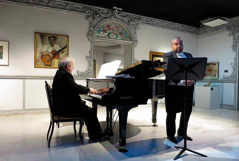 Antonio López, al piano, y Luis Santana, en la Casa Lis.