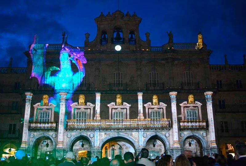 Un dragón surge de la fachada del Ayuntamiento.