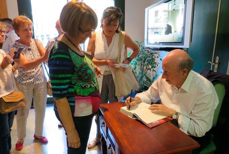 Peridis dedica su novela a una lectora.