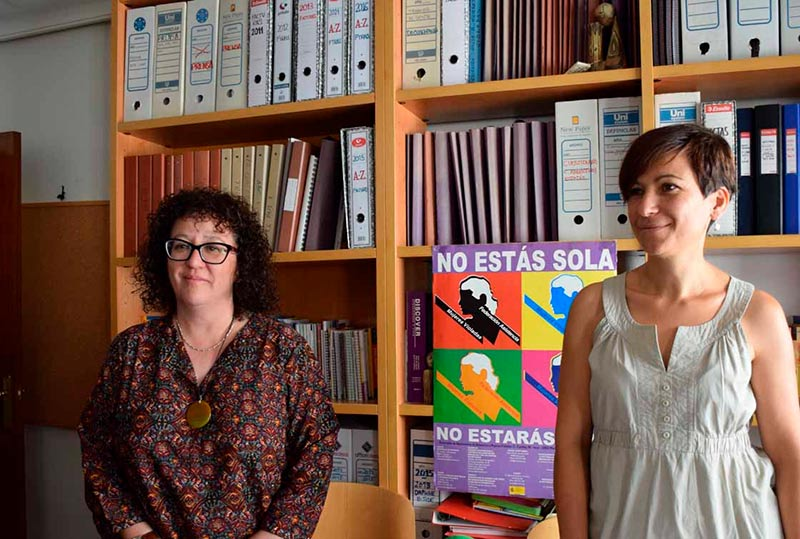 Ana Isabel Pascual a la izquierda, presidenta de Adavas, y a la derecha Elena Hermo, psicóloga de la asociación.