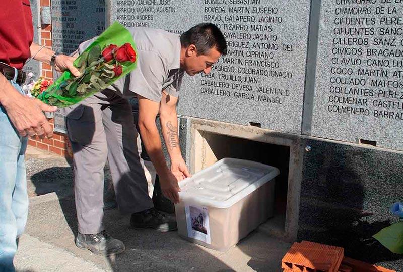 Un momento de la inhumación de los restos mortales de los asesinados.