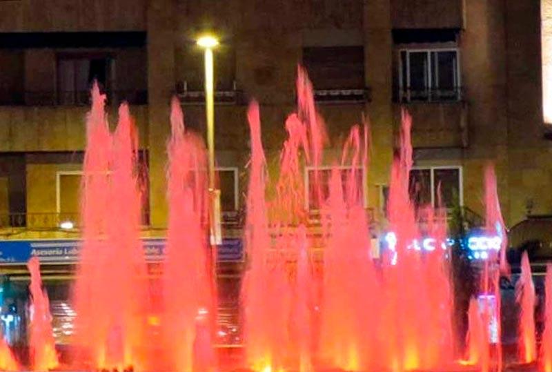 La fuente de la Puerta de Zamora, de rojo contra la Hepatitis C.