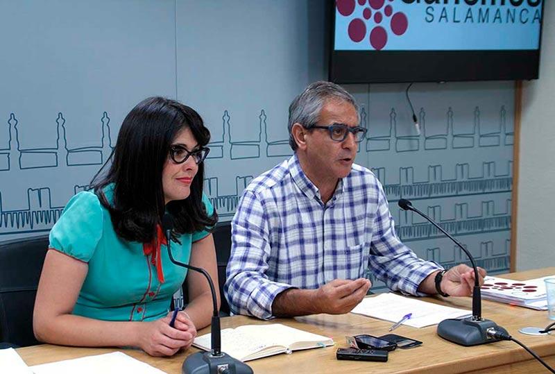 Virginia Carrera y Gabriel Risco, de Ganemos, este miércoles en el Ayuntamiento.