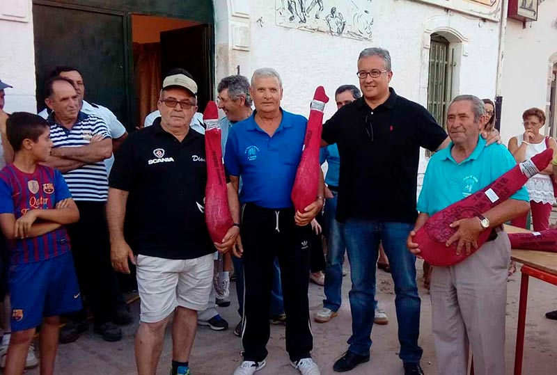 El alcalde de Guijuelo, Julián Ramos, junto a los gnadores.