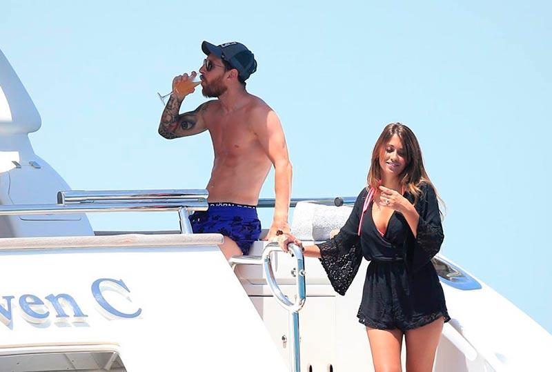 Messi y su mujer Antonella Rocuzzo en su yate alquilado, de vacaciones en Ibiza.