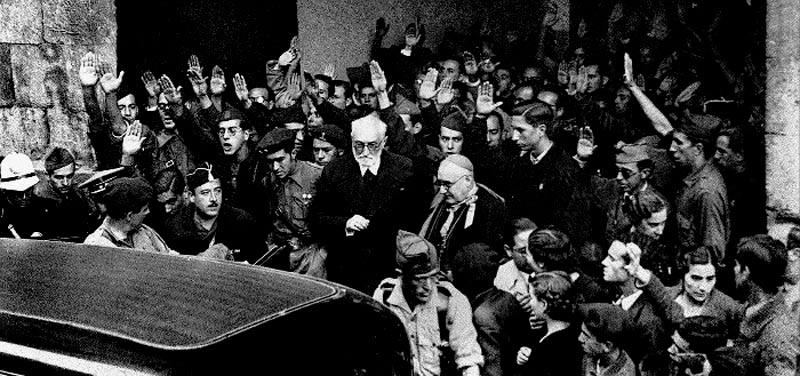 Miguel de Unamuno, en el centro de la imagen, a la salida del Edificio Histórico de la Universidad el 12 de octubre de 1936.