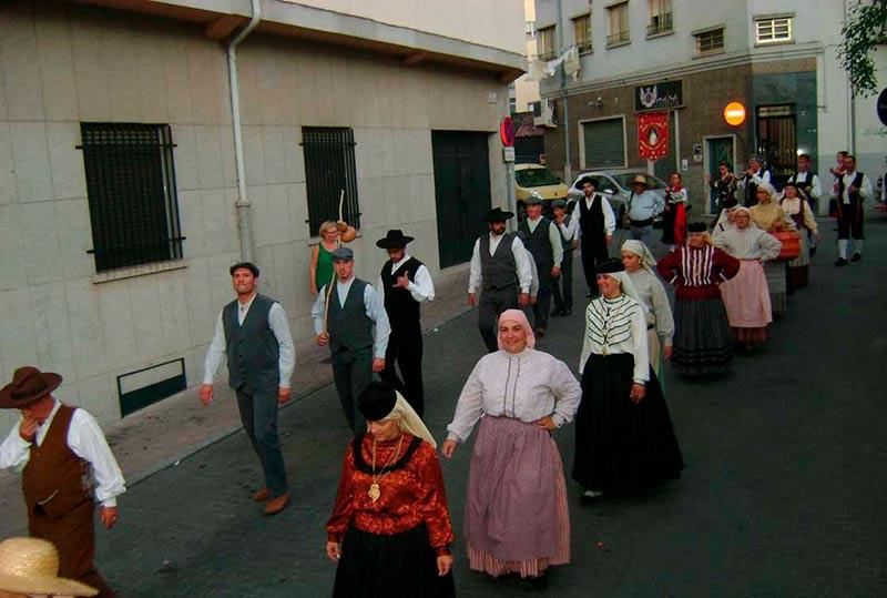 El desfile tradicional de los grupos participantes en el certamen.