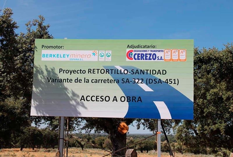 El cartel de las obras de desvío de la carretera.