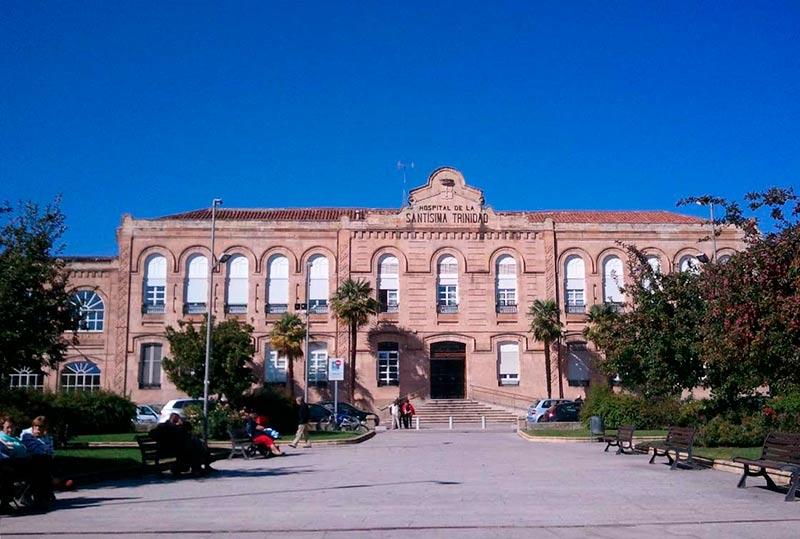 La entrada al hospital privado de la Santísima Trinidad.