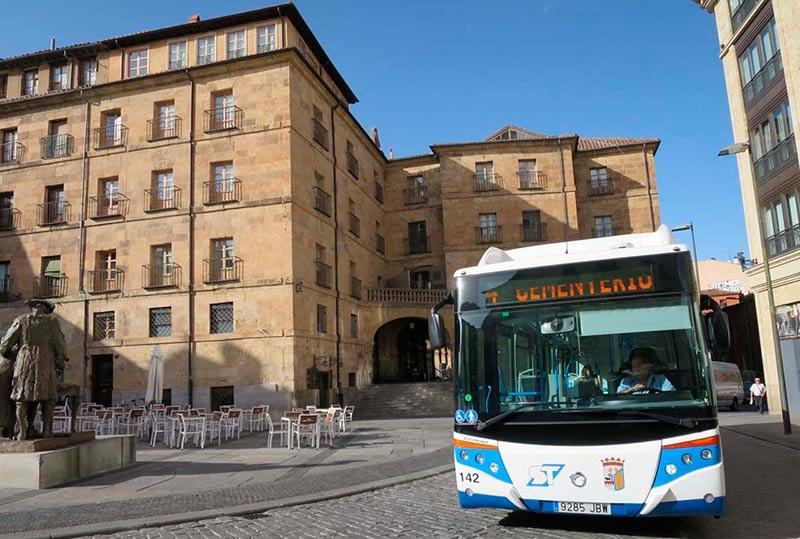 Un autobús circula por la plaza del Poeta Iglesias.