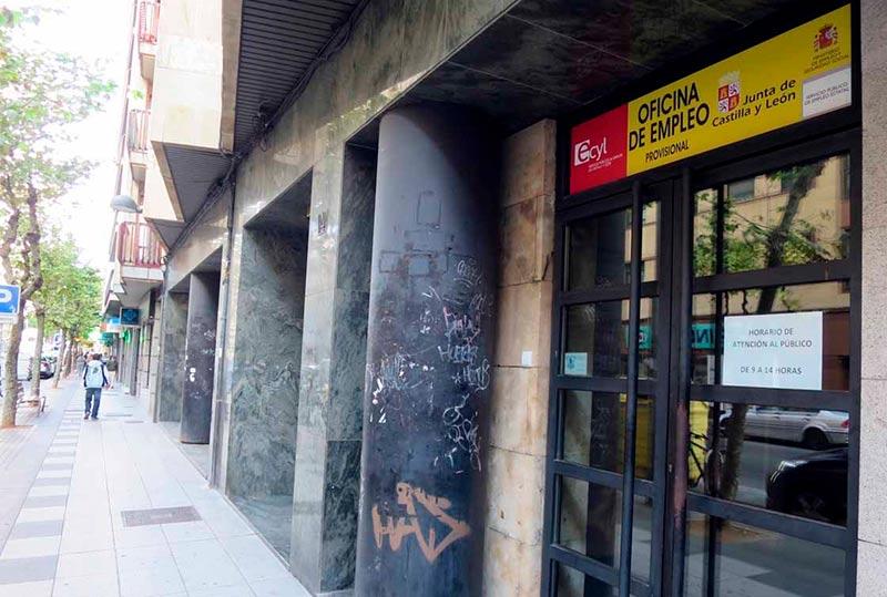 Denuncian deficiencias en la oficina provisional del ecyl for Oficina trafico malaga