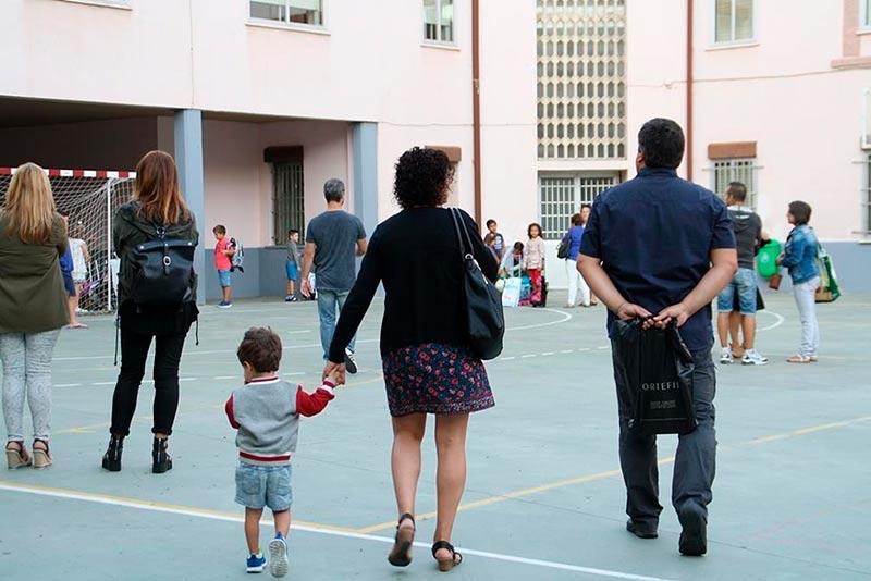 Una madre lleva a su hijo a un colegio público en el inicio del curso 16/17.