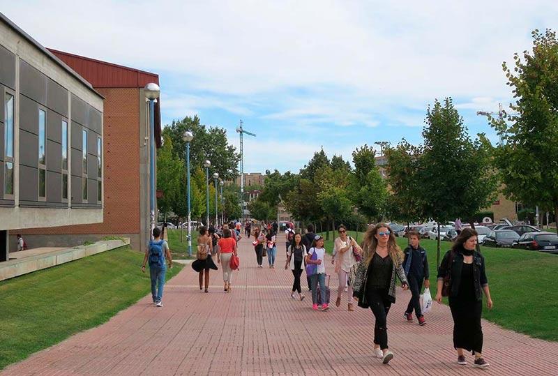 Estudiantes por el campus Unamuno.
