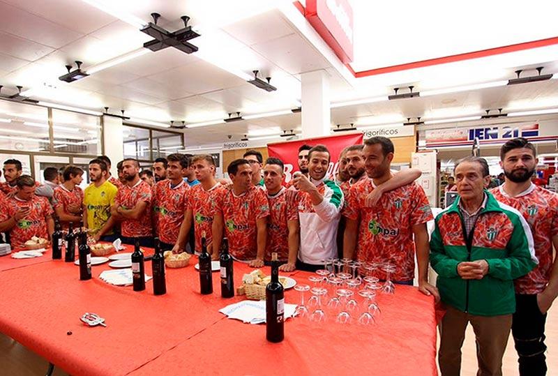 Los jugadores del Guijuelo siguen el sorteo, este viernes. (Foto: CDG)