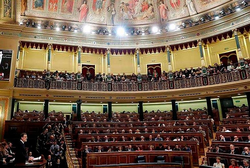 Mariano Rajoy, durante su intervención, con la bancada socialista al fondo.