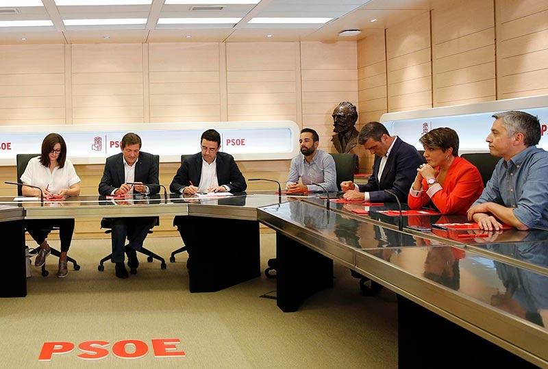 La reunión de la gestora en octubre de 2016, tras su constitución. (Foto: PSOE)