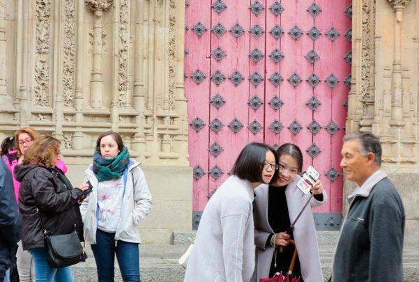 Turistas asiáticos en Salamanca.