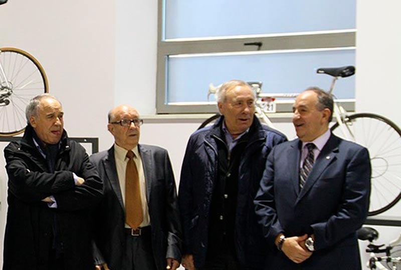 Agustín Tamames, izquierda, en la presentación de una exposición de bicicletas.