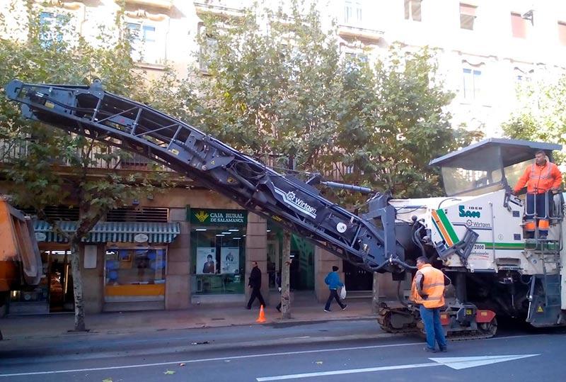 Una máquina asfalta una calle salmantina.