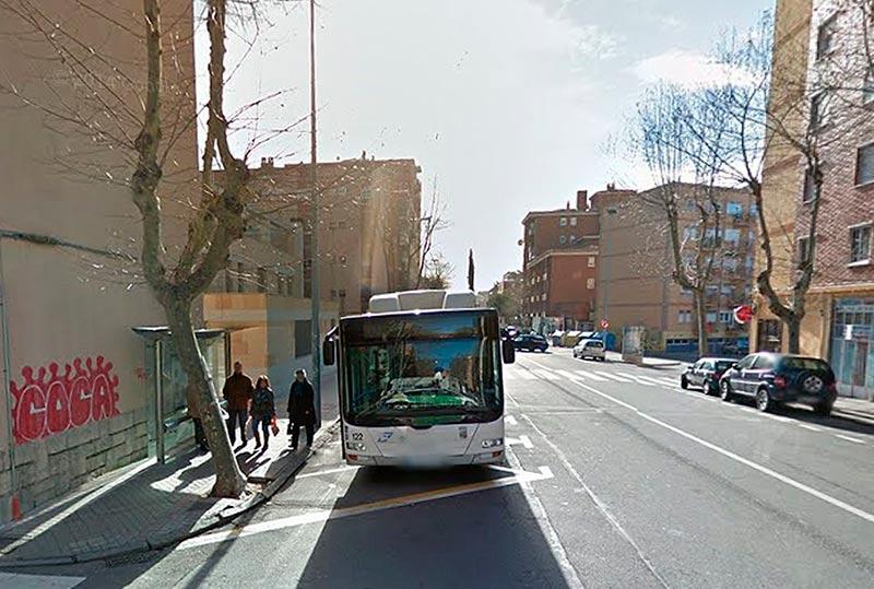 Un autobús en una parada de la avenida de los Cedros.