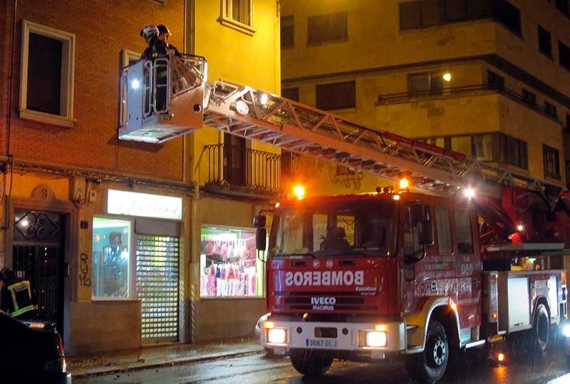 La intervención del los bomberos en una fachada de Alfonso de Castro.