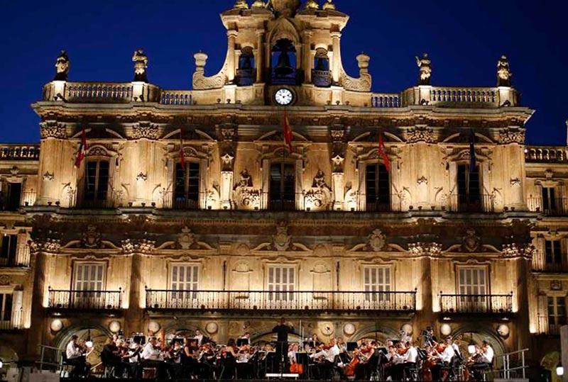Un concierto de la Orquesta Sinfónica de CyL en la Plaza Mayor. (Foto: Oscyl)