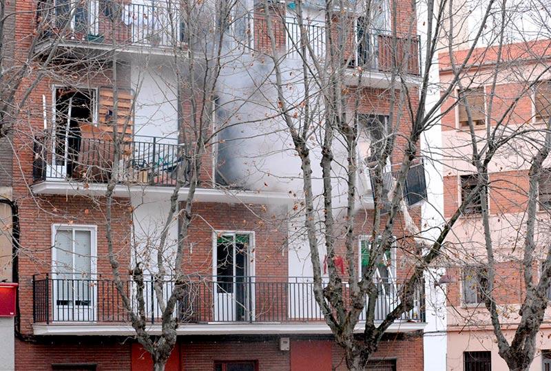 El humo sale de la vivienda donde se produjo la explosión.