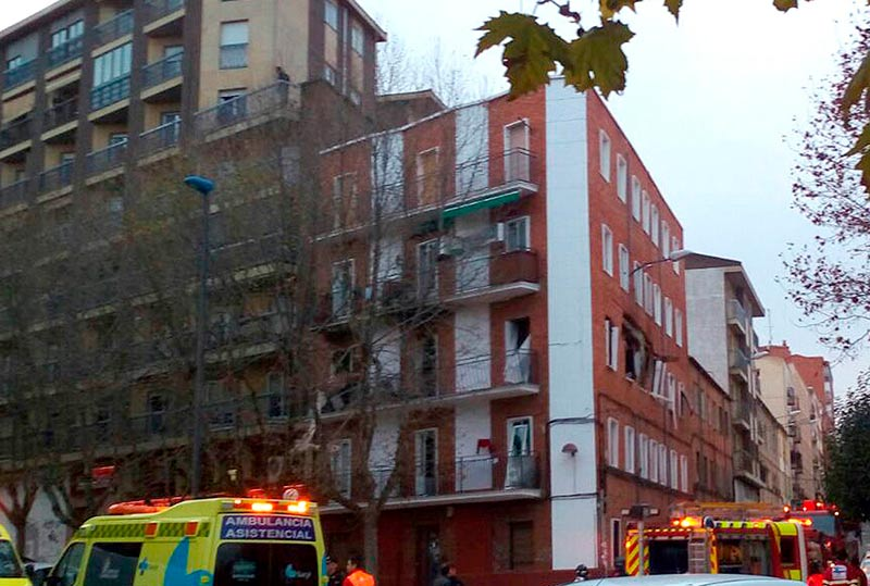 El herido grave se recupera favorablemente. El anciano de 91 años vivía en el piso del segundo, donde se produjo la explosión de las bombonas.