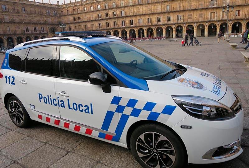 Dos agentes de la Policía Local resultaron heridos leves cuando fueron agredidos por dos jóvenes.