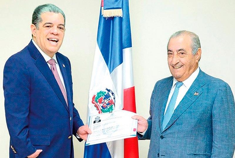 Juan José Hidalgo y el ministro dominicano del Interior, tras su nacionalización. (Foto: www.elcaribe.com)