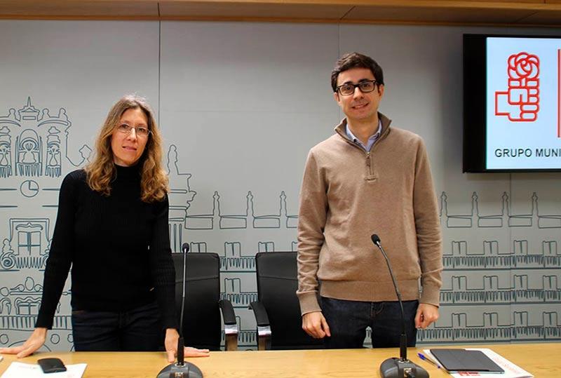 Los concejales socialistas Almudena Timón y José Luis Mateos.